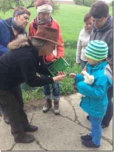 die kleine Aiyana lernt und kommuniziert über Wildpflanzen
